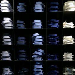 Scaffale di camicie assortite